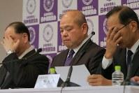 日馬富士の暴行問題における関係者の処分を発表する記者会見で厳しい表情を見せる日本相撲協会の八角理事長(中央)=東京・両国国技館で2017年12月20日午後4時40分、和田大典撮影