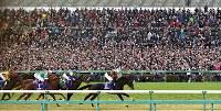 大勢の観客が声援をおくる中、第62回有馬記念(G1)で先頭を走るキタサンブラックと武豊騎手(中央)=中山競馬場で2017年12月24日午後3時27分、竹内紀臣撮影