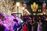 東京・丸の内を彩る「東京ミチテラス2017」を楽しむ人たち=東京都千代田区で2017年12月24日午後5時36分、和田大典撮影