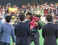 日本ハムの選手たちから花束を受け取る大谷翔平選手=札幌ドームで2017年12月25日午後6時38分、竹内幹撮影