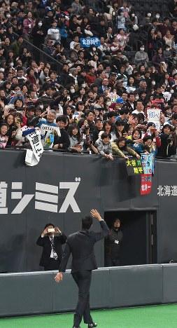ファンに手を振る大谷翔平選手(手前)=札幌ドームで2017年12月25日午後6時40分、竹内幹撮影
