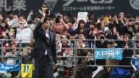 会見を終え、詰めかけたファンに手を振る大谷翔平選手=札幌ドームで2017年12月25日午後6時41分、竹内幹撮影