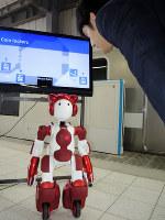 多言語での道案内を目指すロボット「エミュー」=埼玉県内で10月、竹地広憲撮影