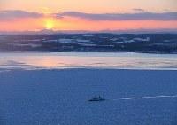 北海道沿岸部まで到達した流氷帯を進む流氷観光砕氷船=北海道網走市沖で2017年1月31日午後4時26分、本社機「希望」から小出洋平撮影