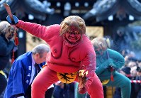 節分会「追儺式鬼法楽」で、たいまつなどを手に迫力のある踊りを見せる鬼たち=京都市上京区の廬山寺で2017年2月3日午後3時33分、小松雄介撮影