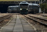 報道公開された豪華寝台列車「トワイライトエクスプレス瑞風」=大阪市淀川区で2017年2月23日午後1時8分、久保玲撮影
