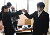 今年度で休校となるため最後となった双葉高校の卒業式が行われ、教室で担任教諭と拳を合わせる生徒=福島県いわき市のいわき明星大学で2017年3月1日午後1時11分、猪飼健史撮影