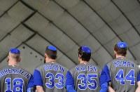 野球WBC2次ラウンド【日本―イスラエル】 ユダヤ教徒の帽子キッパをかぶり国歌斉唱するイスラエルの選手たち=東京ドームで2017年3月15日、宮間俊樹撮影