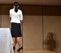 現役引退を表明した記者会見の終了間際、後ろを向いて目に浮かんだ涙をふく浅田真央さん=東京都港区で2017年4月12日午後0時24分、宮間俊樹撮影