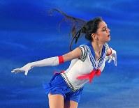フィギュアスケート世界国別対抗戦のエキシビションで、セーラームーンの衣装で演技するロシアのメドベージェワ=東京・国立代々木競技場で2017年4月23日、手塚耕一郎撮影