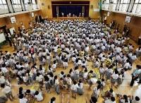 大阪市中心部のマンション販売実績が好調。市全体では少子化傾向にあるものの、都心部では教室不足に苦慮する小中学校も。市立中央小の体育館は、児童数が増え続け、手狭になっていた=大阪市中央区の市立中央小で2017年6月23日午前8時39分、貝塚太一撮影