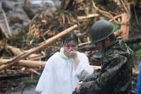 九州北部豪雨で倒壊した住宅跡の捜索活動を見守る安否不明者の家族=福岡県東峰村で2017年7月7日午前9時52分、津村豊和撮影