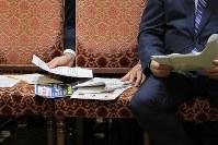 岡山・加計学園獣医学部新設問題での参院の連合審査会で、質問をうける萩生田光一官房副長官(右)に渡される資料など=国会内で2017年7月10日午後3時17分、和田大典撮影