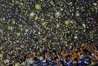 中日に勝利し、スタジアムに舞う星形の紙吹雪に手を伸ばす横浜ファンら=横浜スタジアムで2017年8月3日、小川昌宏撮影