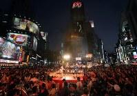 「SHIBUYA109」前で開催された「渋谷盆踊り大会」=東京都渋谷区で2017年8月5日午後7時2分、後藤由耶撮影