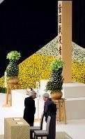 全国戦没者追悼式で、退席される前に言葉を交わされる天皇、皇后両陛下=東京都千代田区で2017年8月15日午後0時24分、小川昌宏撮影