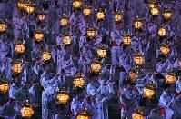山鹿灯籠まつりで、頭に金灯籠を載せて優雅に踊る女性たち=熊本県山鹿市で2017年8月16日午後7時44分、森園道子撮影
