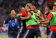 【日本―オーストラリア】後半、ミドルシュートを決め、チームメートと抱き合って喜ぶ井手口(左から2人目)。この試合でW杯出場を決めた=埼玉スタジアムで2017年8月31日、長谷川直亮撮影
