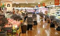 「防災の日」に合わせて流通大手イオン(千葉市美浜区)は、店舗など全国約2400拠点で防災訓練を実施。指定された日時にそれぞれの場所で参加する「シェイクアウト訓練」で、食品売り場で参加した従業員や買い物客は、その場にしゃがみ、買い物かごで頭を守っていた=千葉市美浜区で2017年9月1日、小川昌宏撮影
