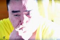 【大相撲秋場所10日目】 4敗目を喫し支度部屋で記者の質問に答える日馬富士=東京・両国国技館で2017年9月19日、宮間俊樹撮影