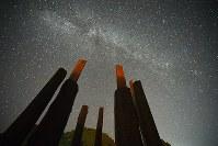 満点の星空の下、たたずむ縄文遺跡「真脇遺跡」の復元された「環状木柱列」=石川県能登町で2017年9月24日、川平愛撮影