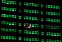 臓器移植法施行20年を記念し、高層ビルを一面緑色にライトアップ、と思いきや、まだ色の変わっていないところも=東京都港区で2017年10月16日、小出洋平撮影