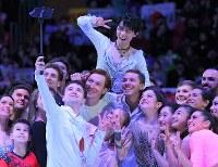 グランプリシリーズロシア杯のエキシビションで、最後に集まって記念撮影するスケーターら。中央上が羽生結弦=ロシア・モスクワのメガスポルトアリーナで2017年10月22日、手塚耕一郎撮影