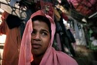 家族全員が殺されたことを涙ながらに語るミャンマー少数派イスラム教徒「ロヒンギャ」のショフィカさん。今は格子状に組んだ竹とビニールシートなどで作られた難民キャンプの小屋で親戚家族と暮らしている=バングラデシュ・コックスバザールで2017年10月14日、和田大典撮影