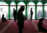 日曜日の昼、モスクで祈りをささげるロヒンギャのジャファール・アハマドさん(中央)=群馬県館林市で2017年10月29日、宮武祐希撮影