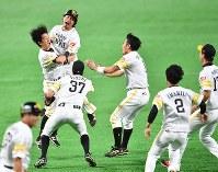 【ソフトバンク4-3DeNA】川島慶三(左端)のサヨナラ打で2年ぶりの日本一を決めて、喜びを爆発させるソフトバンクの選手たち=ヤフオクドームで2017年11月4日、野田武撮影