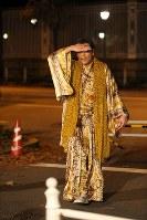 安倍首相主催の夕食会を終え、迎賓館を出たピコ太郎さん=東京・元赤坂で2017年11月6日午後9時52分、後藤由耶撮影