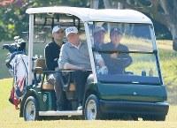 安倍晋三首相(前列右)の運転するカートで移動するトランプ米大統領(同左)=埼玉県川越市で2017年11月5日午後1時37分、西本勝撮影
