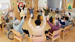 物忘れ予防体操をする高齢者施設の入所者
