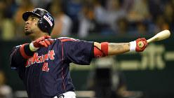 フェンス直撃の左越え二塁打を放つプロ野球ヤクルトスワローズのバレンティン選手=東京ドームで2014年7月14日、喜屋武真之介撮影