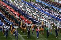 開会式で一斉行進する選手たち=東大阪市花園ラグビー場で2017年12月27日午前10時40分、兵藤公治撮影