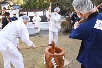 餅をつく武田神社の神職ら=甲府市で
