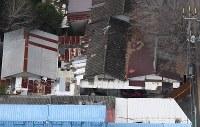 柿元愛里さんの遺体が見つかった自宅。中央の棟で監禁されていたとみられる=大阪府寝屋川市で2017年12月26日、本社ヘリから猪飼健史撮影