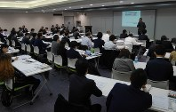 高大接続教育改革をテーマにした一連のシンポジウムの第8、9回となる講演会には大学関係者や高校の教員らが多く詰めかけた=写真は11月15日、東京都千代田区の毎日ホール。大阪では11月27日に駿台予備学校大阪南校で行われた