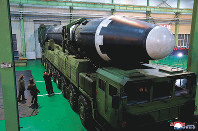 11月29日に試射が行われたICBM「火星15」型の準備状況を視察する金正恩朝鮮労働党委員長(右)=朝鮮中央通信・朝鮮通信=共同