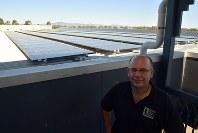 「電気代が高すぎる」と話す酒店経営のマーク・デービスさん。電気代を抑えるために店の屋上に太陽光発電パネルを設置した=南オーストラリア州ポートオーガスタで