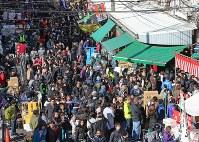 大勢の買い物客でにぎわう築地場外市場=東京都中央区で2017年12月30日午後0時36分、長谷川直亮撮影