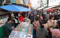 大勢の買い物客でにぎわう築地場外市場=東京都中央区で2017年12月30日午後1時46分、長谷川直亮撮影