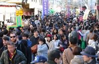 大勢の買い物客でにぎわう築地場外市場=東京都中央区で2017年12月30日午後1時2分、長谷川直亮撮影