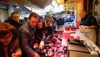 大勢の買い物客でにぎわう築地場外市場=東京都中央区で2017年12月30日午後1時54分、長谷川直亮撮影