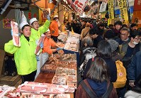 正月用の食材を買い求める人たちでにぎわう黒門市場=大阪市中央区で2017年12月30日午後1時38分、小松雄介撮影