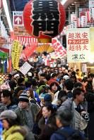 正月用の食材を買い求める人たちでにぎわう黒門市場=大阪市中央区で2017年12月30日午後3時2分、小松雄介撮影