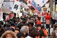 正月用の食材を買い求める人たちでにぎわう黒門市場=大阪市中央区で2017年12月30日午後2時30分、小松雄介撮影