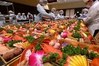 次々に盛りつけられていくおせち=北九州市小倉北区で2017年12月30日、金澤稔撮影