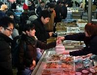 年の瀬を迎え、正月用の食材を買い求める人たち=札幌市中央区のさっぽろ朝市で2017年12月30日午前9時23分、竹内幹撮影