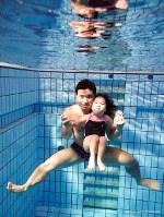プールで一緒に水中に潜る岸本太一さんと心咲ちゃん。写真集に掲載される予定だ=岸本さん提供